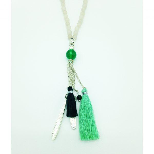 zoom sur ce sautoir avec perles blanches et vertes, bijou fantaisie et accessoire de mode femme à Lyon