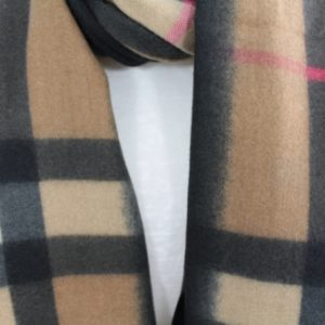 zoom sur cette écharpe douce en laine viscose et coton couleur camel, accessoire de mode femme à Lyon