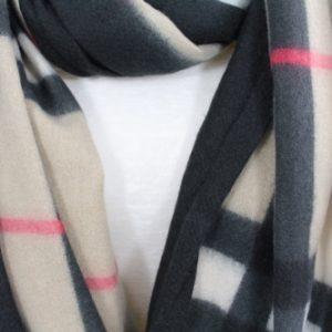 zoom sur cette écharpe en laine, viscose et coton couleur beige, noire et rose, accessoires de mode femme à Lyon