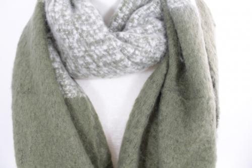 zoom sur cette écharpe douce en laine viscose couleur kaki, accessoire de mode féminin à Lyon