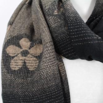 zoom sur cette écharpe douce en laine viscose et coton couleur noir et camel, accessoire de mode féminin à Lyon