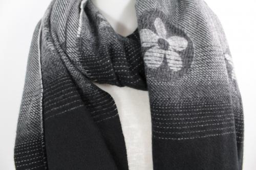 zoom sur cette echarpe en laine, viscoe set coton couleur noire et grise, accessoire de mode femme à Lyon