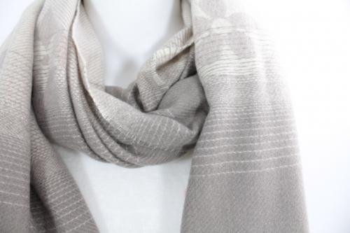 zoom sur cette écharpe en laine, viscose et coton couleur taupe, accessoire de mode féminin à lyon